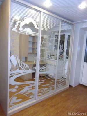 Шкаф-купе 3-створчатый, рисунком корабля на зеркальных створ.