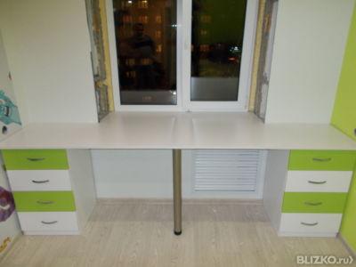 Стол письменный для двоих с тумбами, белый с зеленым в екате.